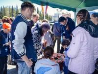 Волонтеры раздают Георгиевские ленточки на центральной площади Горно-Алтайска